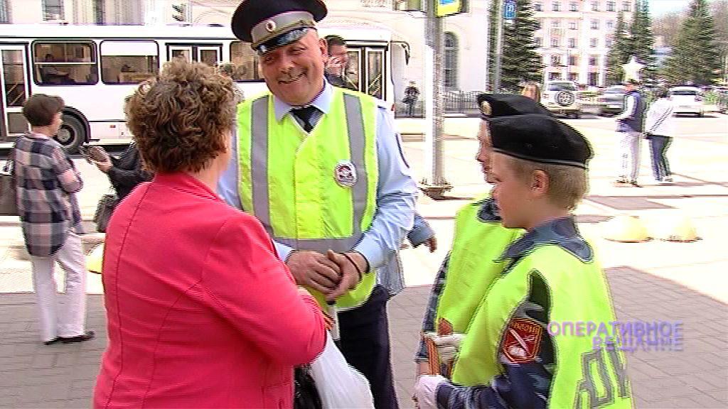 Юные инспекторы дорожного движения дарили георгиевские ленточки в центре Ярославля