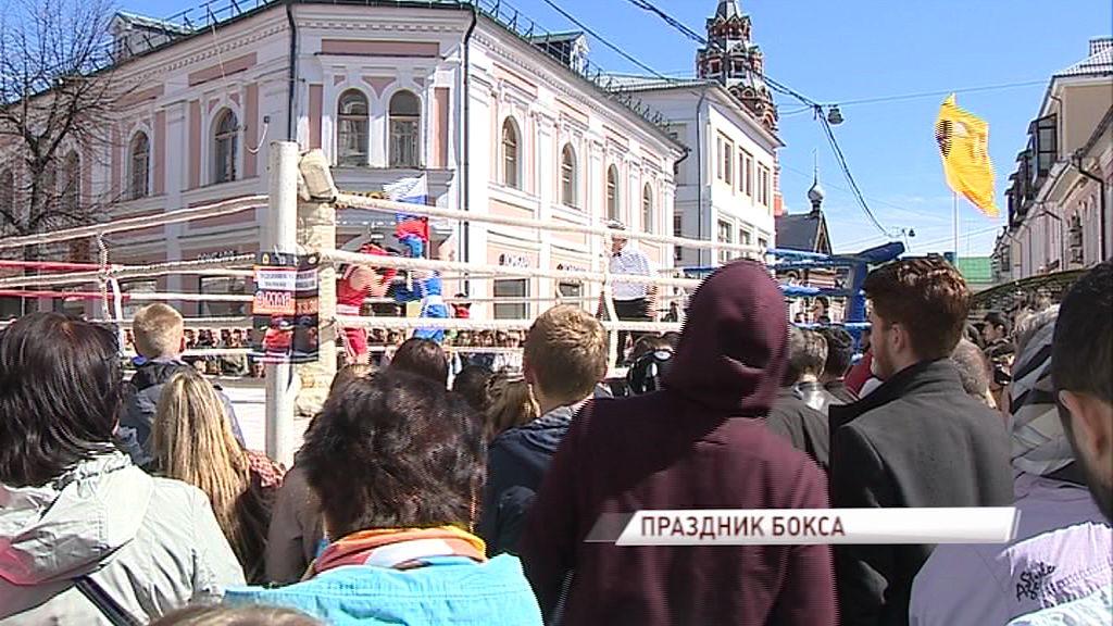 Бой под открытым небом: боксеры вышли на ринг на улице Кирова