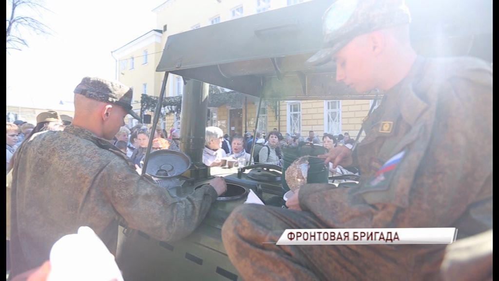 Актеры Волковского театра перенесли ярославцев в другую эпоху в День Победы