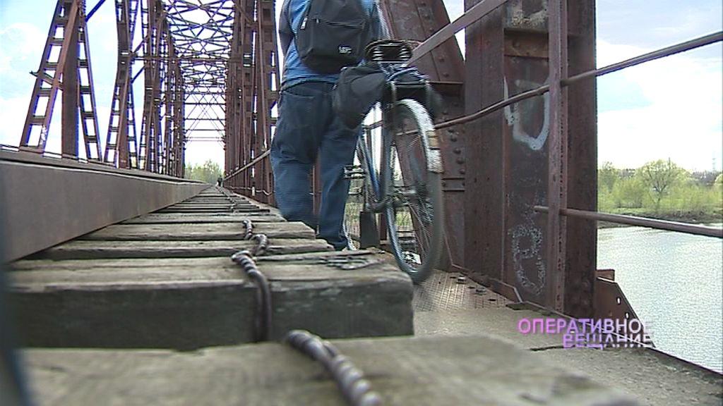 На железнодорожном мосту, с которого упал ребенок, поставят фонари для безопасности