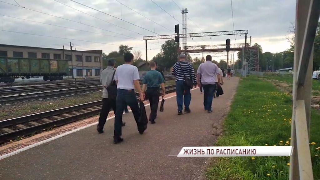 Рабочие Ярославля не успевают на электричку до дома, но РЖД расписание менять не собирается: как решить проблему