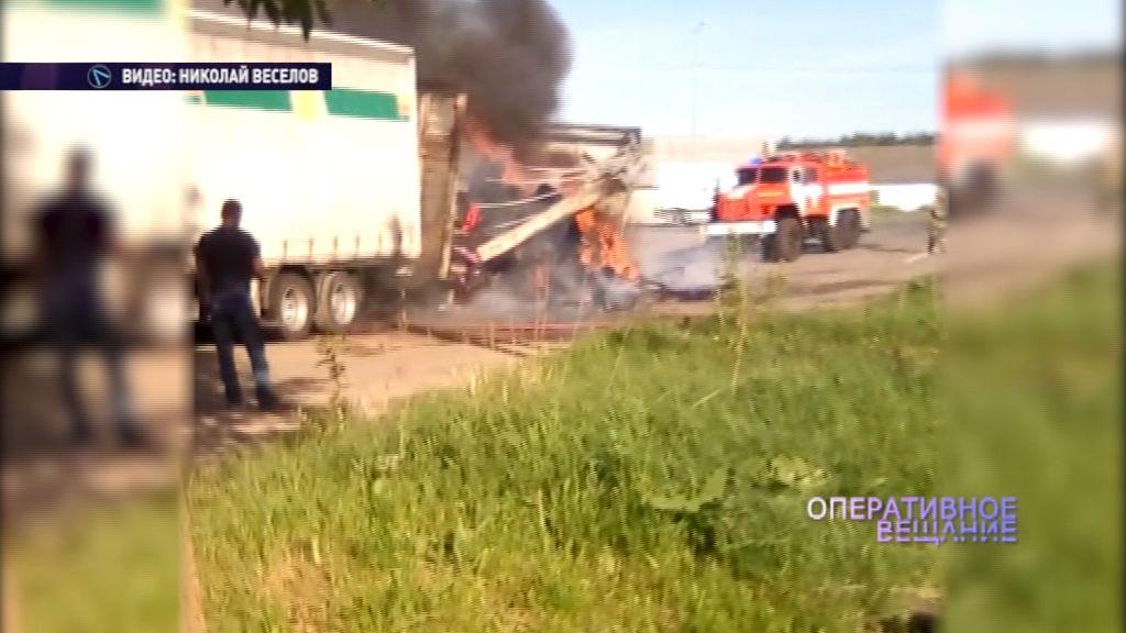 На трассе Холмогоры вспыхнул грузовик с рубероидом