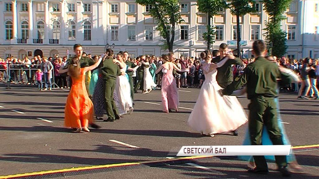 Настоящий бал времен пушкинской эпохи состоялся на Советской площади