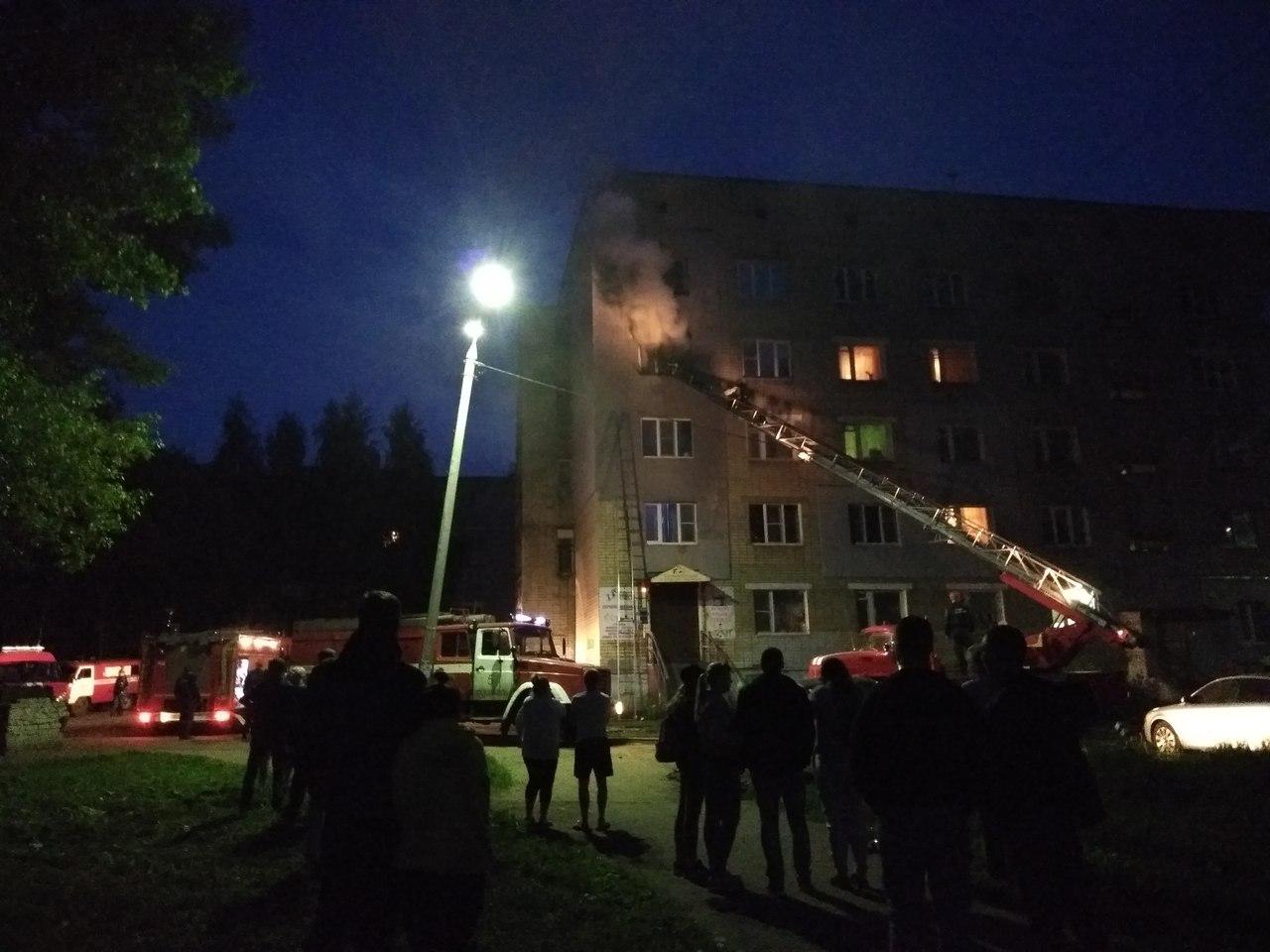 В Красноперекопском районе Ярославля ночью горел многоквартирный дом