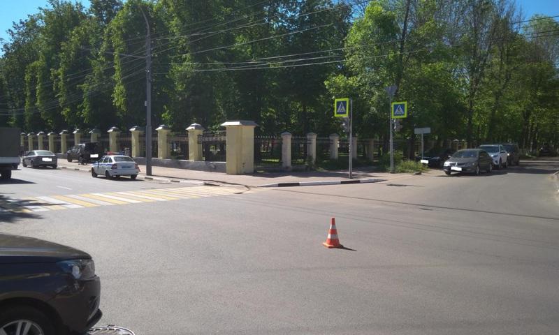 В Ярославле иномарка вылетела на тротуар и сбила ребенка