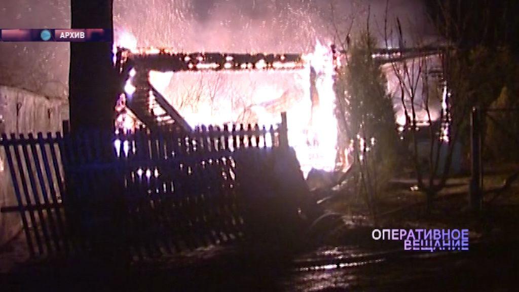 В Ярославском районе пожар уничтожил хозяйственные постройки