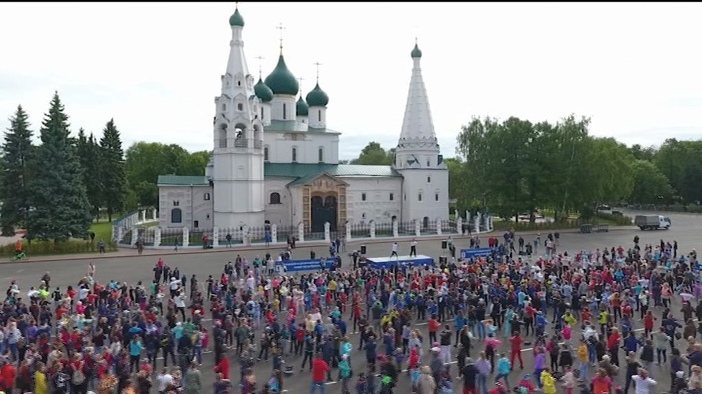 Легендарные игроки ярославского хоккея провели зарядку на Советской площади