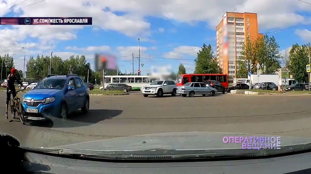 В Дзержинском районе под колеса иномарки попал велосипедист
