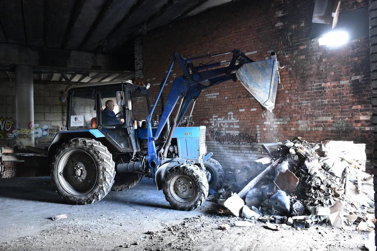 Семь самосвалов мусора: под Добрынинским мостом наконец-то ликвидируют свалку