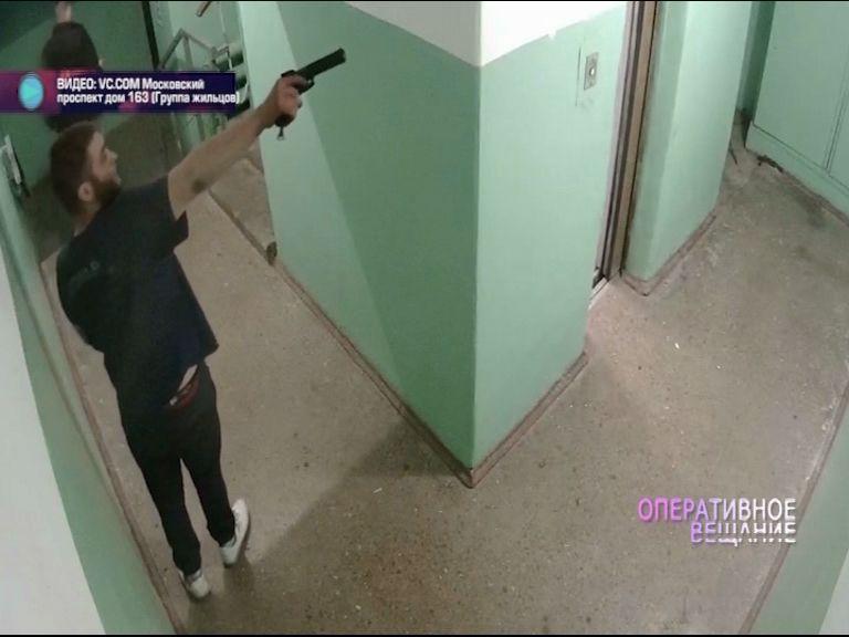 ВИДЕО: Ярославец расстрелял в подъезде лампочку