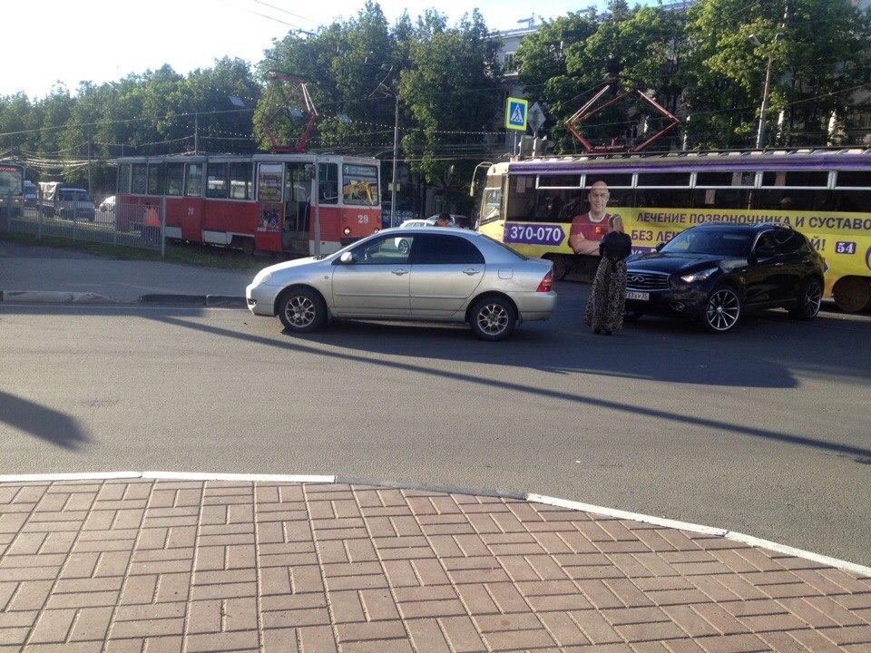 ДТП на Гиганте: из-за «Инфинити» на путях встали трамваи