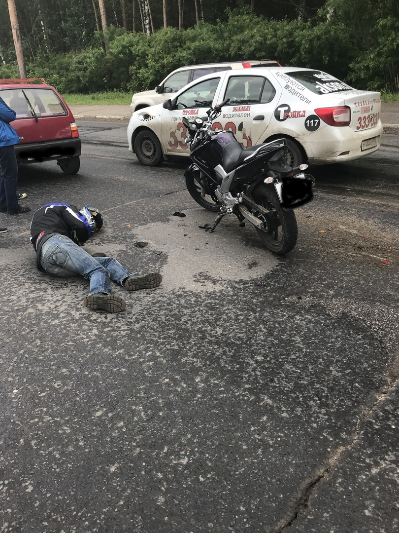 Из-за ямы на проспекте Авиаторов мотоциклист улетел в «Оку»