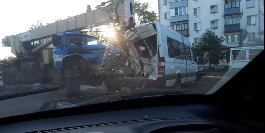 ФОТО: Автокран протаранил маршрутку