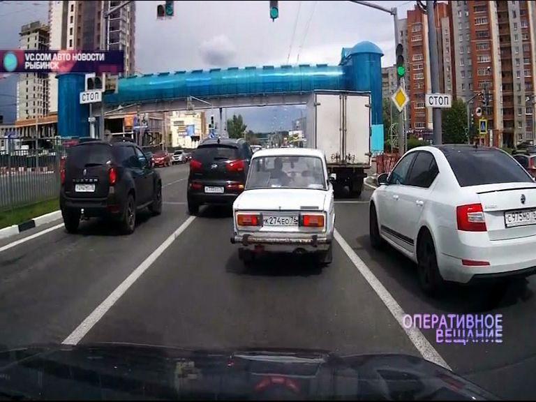 На Московском проспекте водитель иномарки перестроился через сплошную и чуть не снес «Жигули»