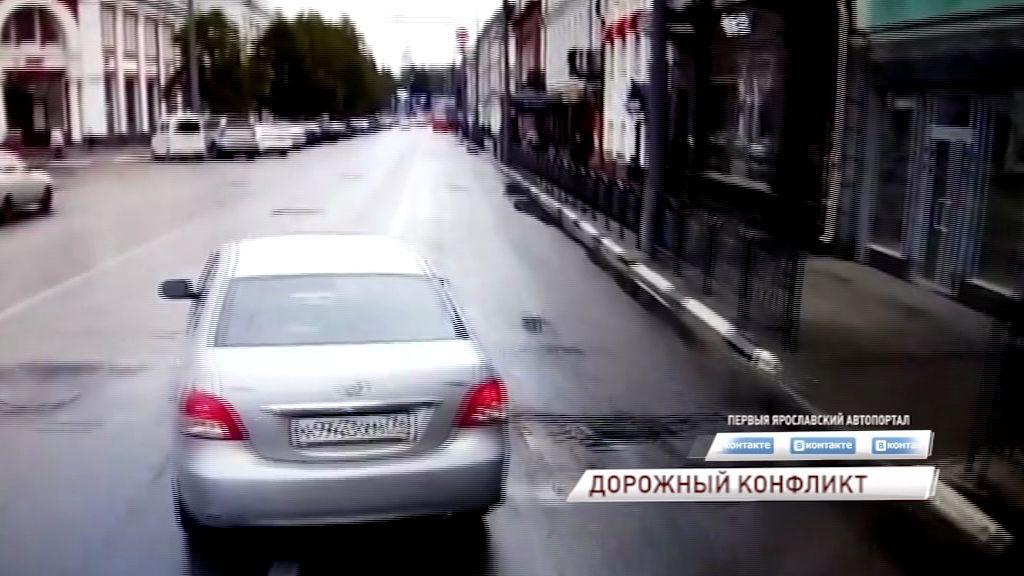 ВИДЕО: Автоледи на иномарке решила проучить водителя автобуса, но теперь отправится в автосервис