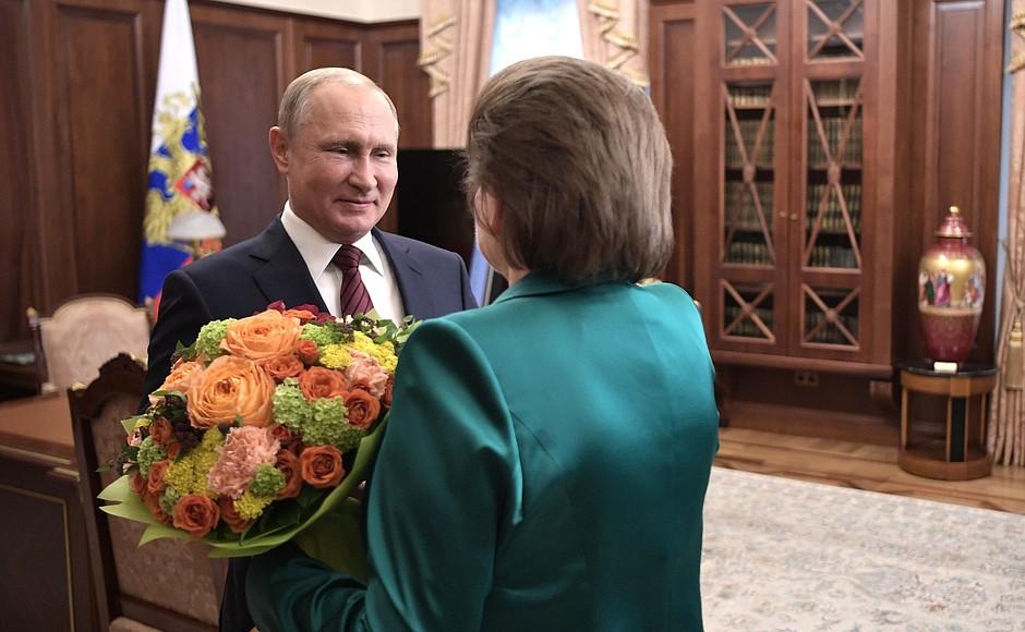 Владимир Путин поздравил Валентину Терешкову с юбилеем полета в космос: что попросила первая женщина-космонавт у президента, и как глава государства оценил работу Дмитрия Миронова