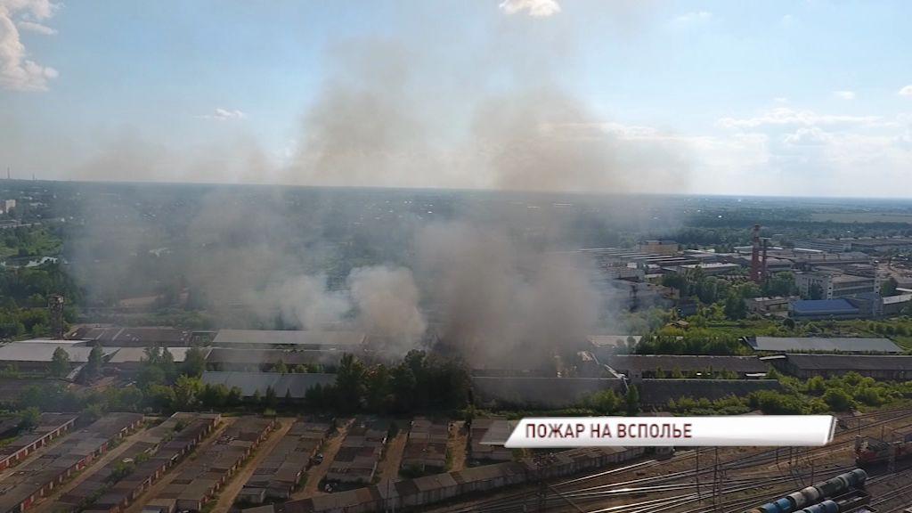 ВИДЕО: Огромный столб черного дыма над Ярославлем, горели склады на Всполье