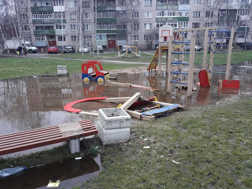 Рыбинские прокуроры требуют привести в порядок сломанные и захламленные детские площадки