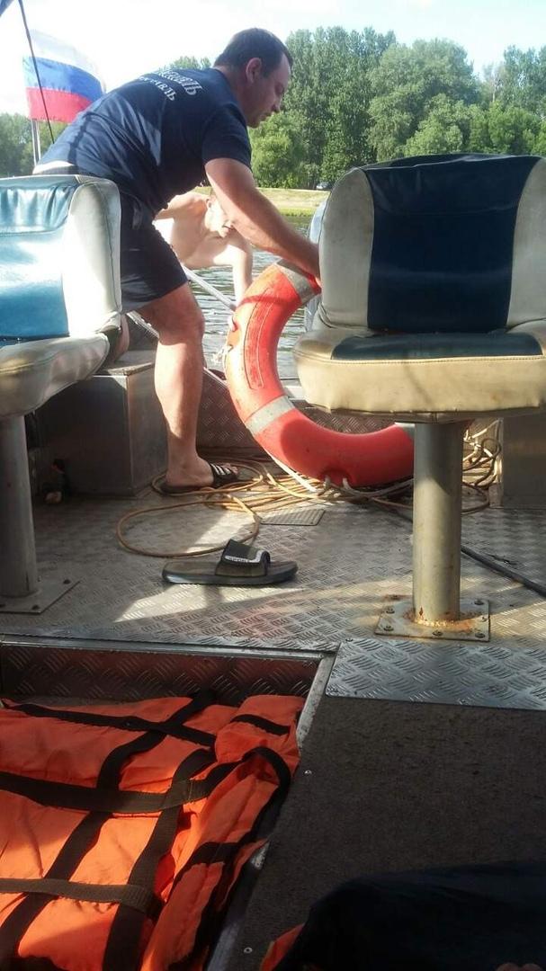 Спасатели ЦГЗ спасли мужчину, который пытался переплыть Которосль
