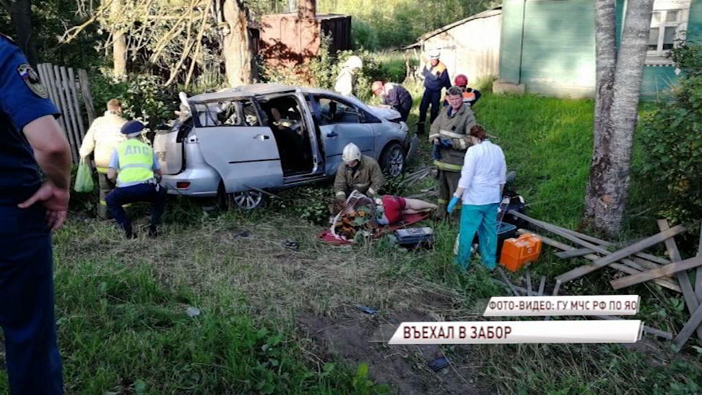 В Ростовском районе иномарка на огромной скорости протаранила забор