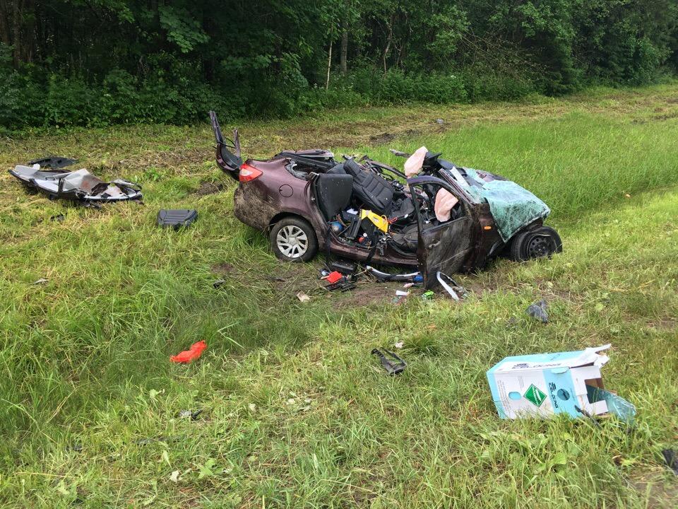 На трассе М8 легковушка влетела в фуру: есть погибшие