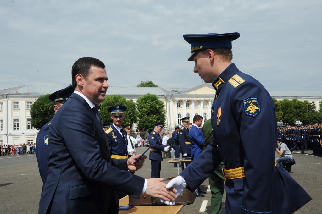 На Советской площади состоялся выпуск курсантов ярославского высшего военного училища противовоздушной обороны