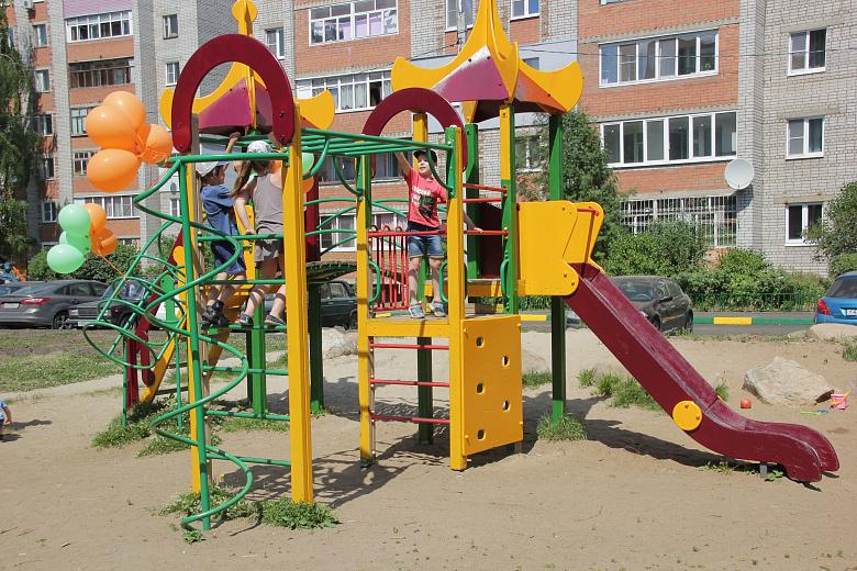 По программе «Решаем вместе!» в Ярославле отремонтировали первый двор