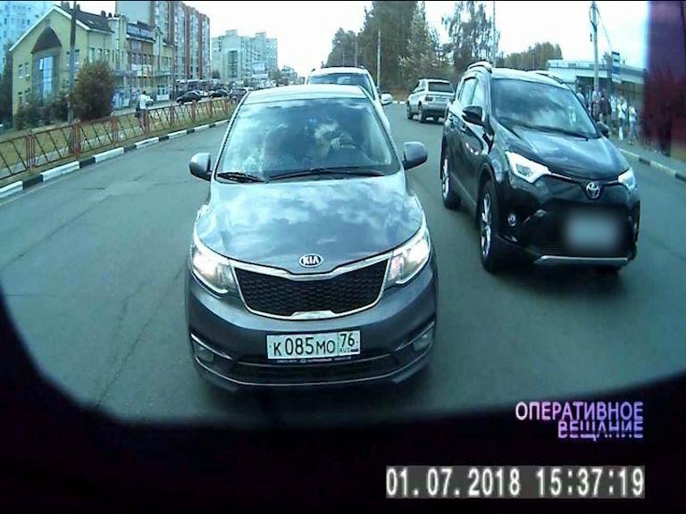 Женщина на черном внедорожнике объехала ряд по встречке: водители возмущены