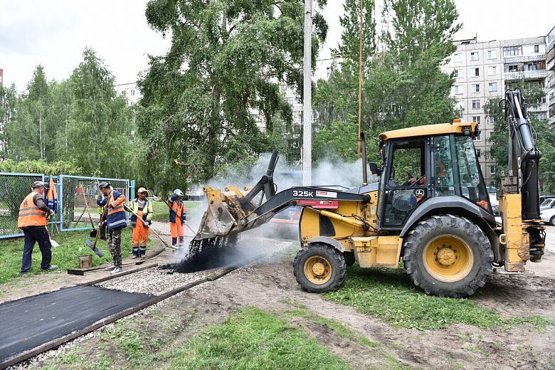 Комиссия проверила ремонт двора в Дзержинском районе
