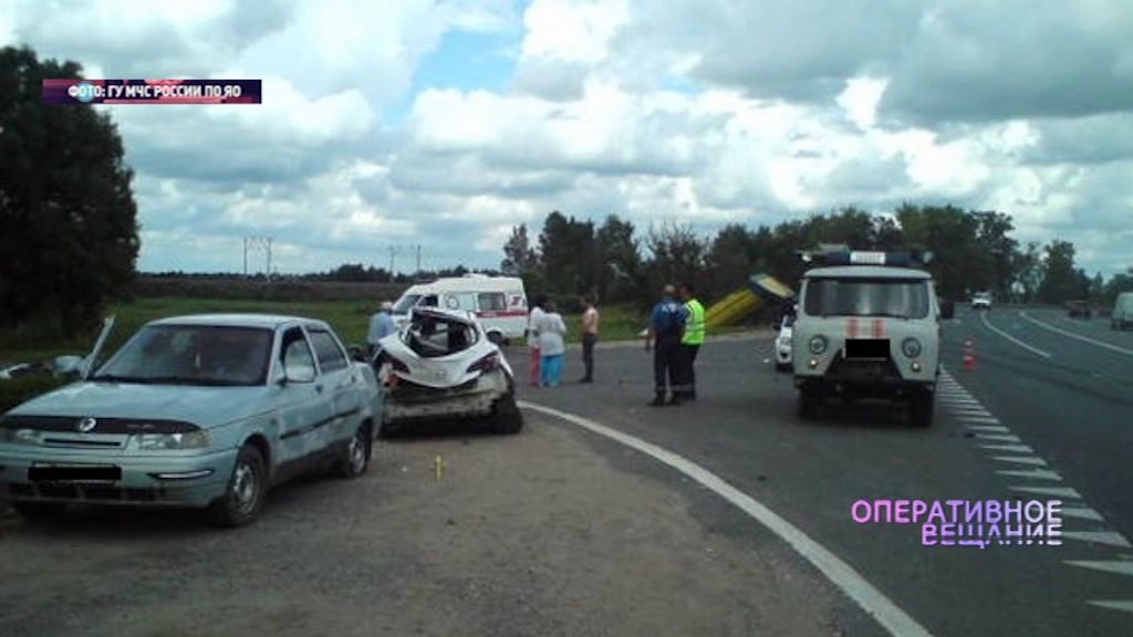 На трассе Холмогоры у грузовика взорвалось колесо: машина вылетела на встречку