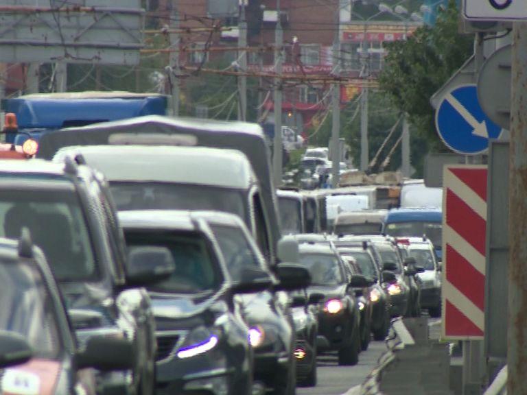 Две аварии на Октябрьском мосту практически парализовали все движение через Волгу