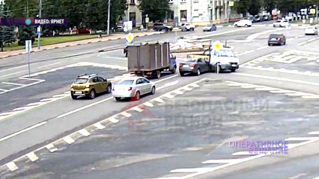 На пересечении Ленина и Толбухина не поделили дорогу грузовик и легковушка