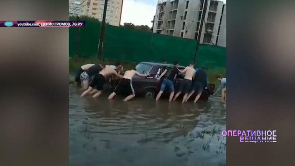 На проспекте Фрунзе автомобиль «хлебнул» воды из лужи и заглох