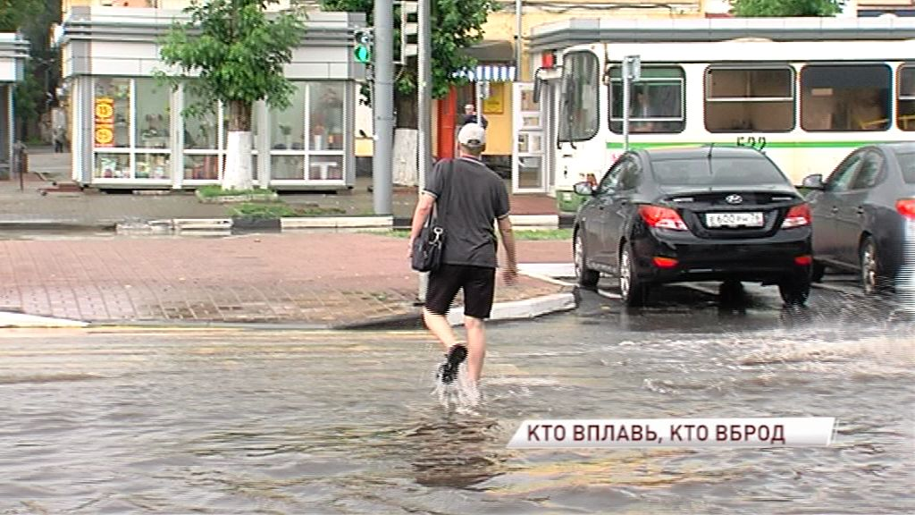 На работу вброд: затяжной дождь осложнил движение пешеходов в Ярославле