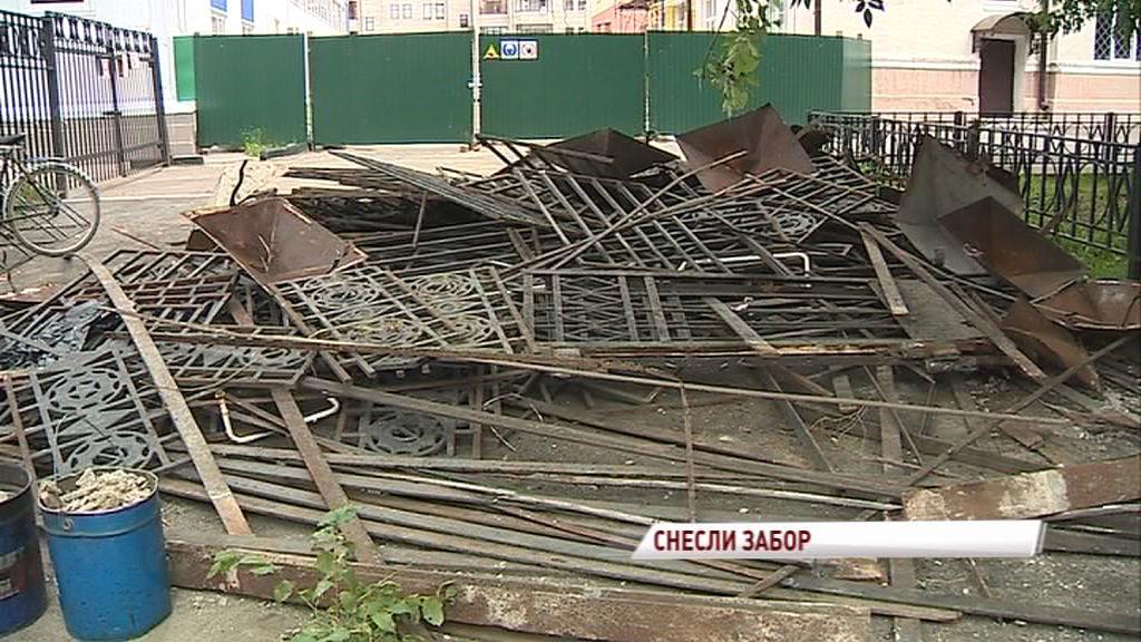 В центре города спилили забор с советской символикой ради безопасности: градозащитники возмущены