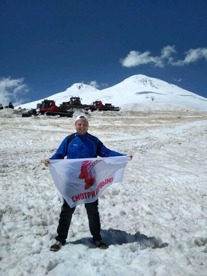 К новым высотам: флаг «Первого Ярославского» поднялся на Эльбрус