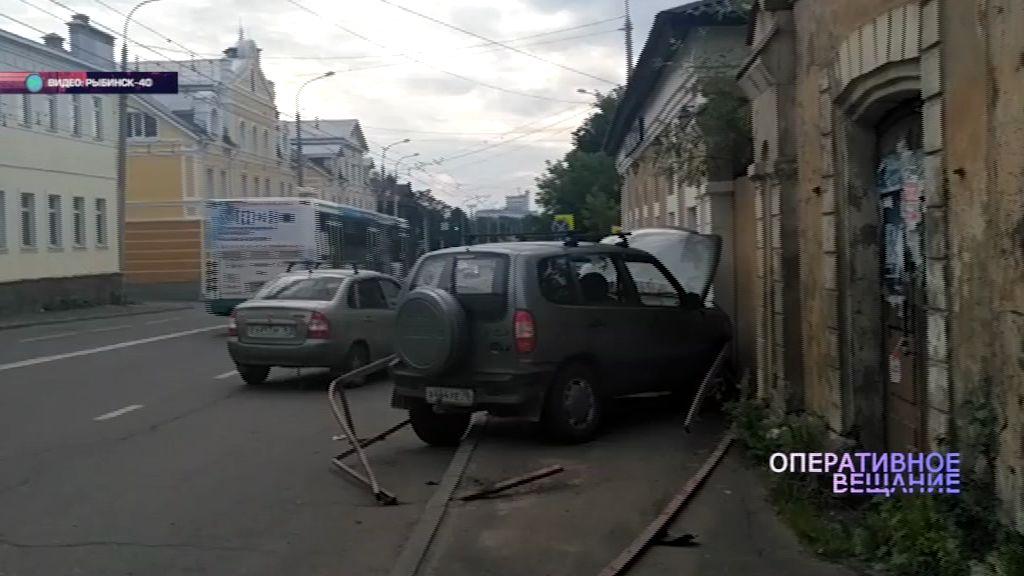 В Рыбинске внедорожник врезался в стену дома