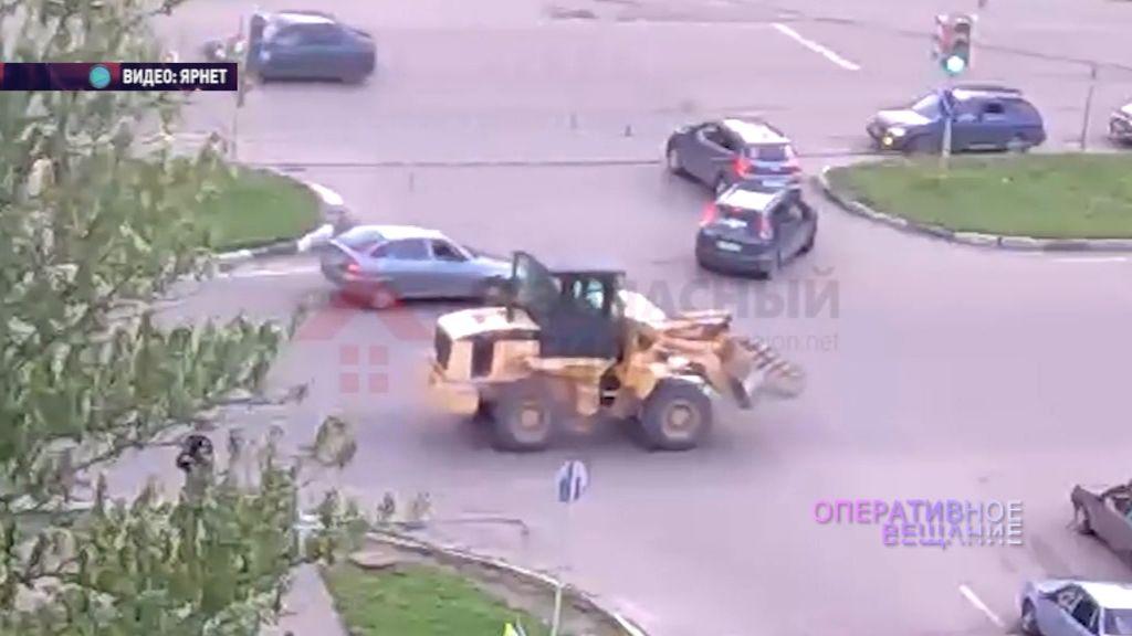 В Ярославле бульдозер смял легковой автомобиль