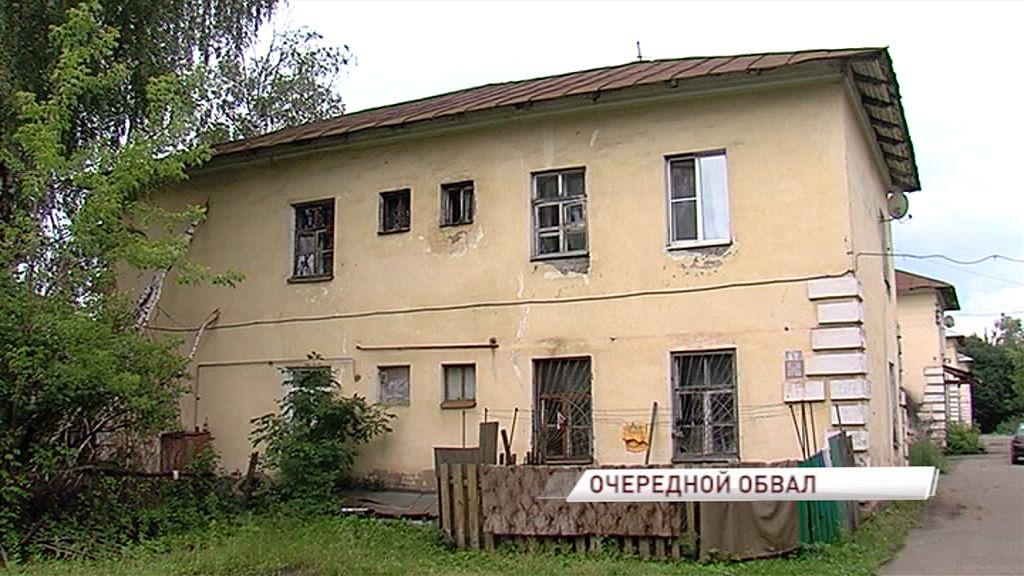 В двухэтажном доме упал потолок: как живут люди в ветхом жилище и что будут делать дальше