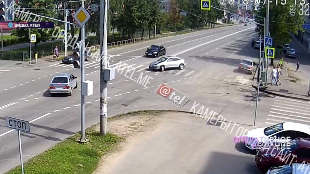 В Рыбинске автомобиль после столкновения чуть не влетел в пешеходов