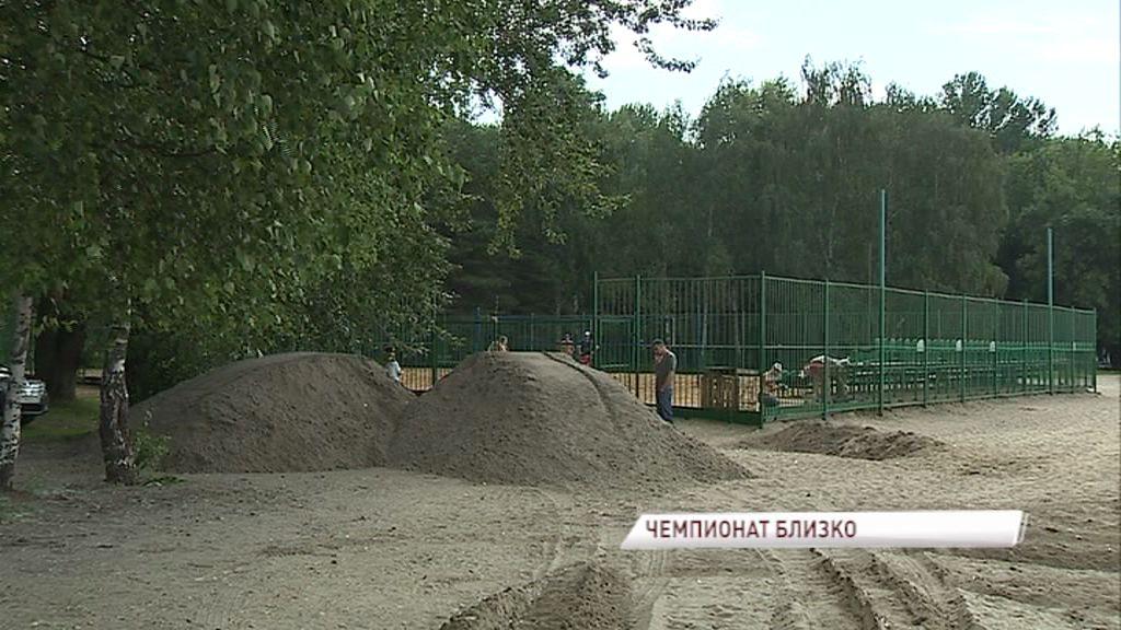 К чемпионату России по пляжному волейболу в Ярославль привезли 150 тонн песка