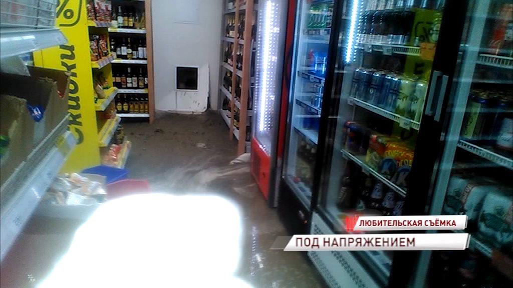 Уборка ценою в жизнь: сотрудников продуктового магазина в Ярославле заставляют убирать воду под напряжением
