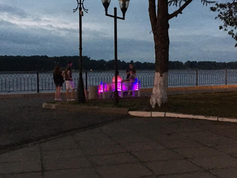 В Рыбинске на Волжской набережной ставят лавочки с подсветкой, интернетом и зарядкой для телефонов