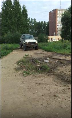Джип есть, совести - нет: ярославцы осудили автохама, катающегося по пешеходным тропинкам