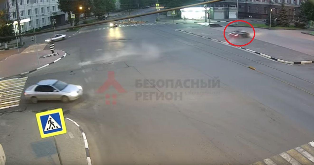 ВИДЕО: Иномарка чуть не влетела в памятник Ленину в Ярославле