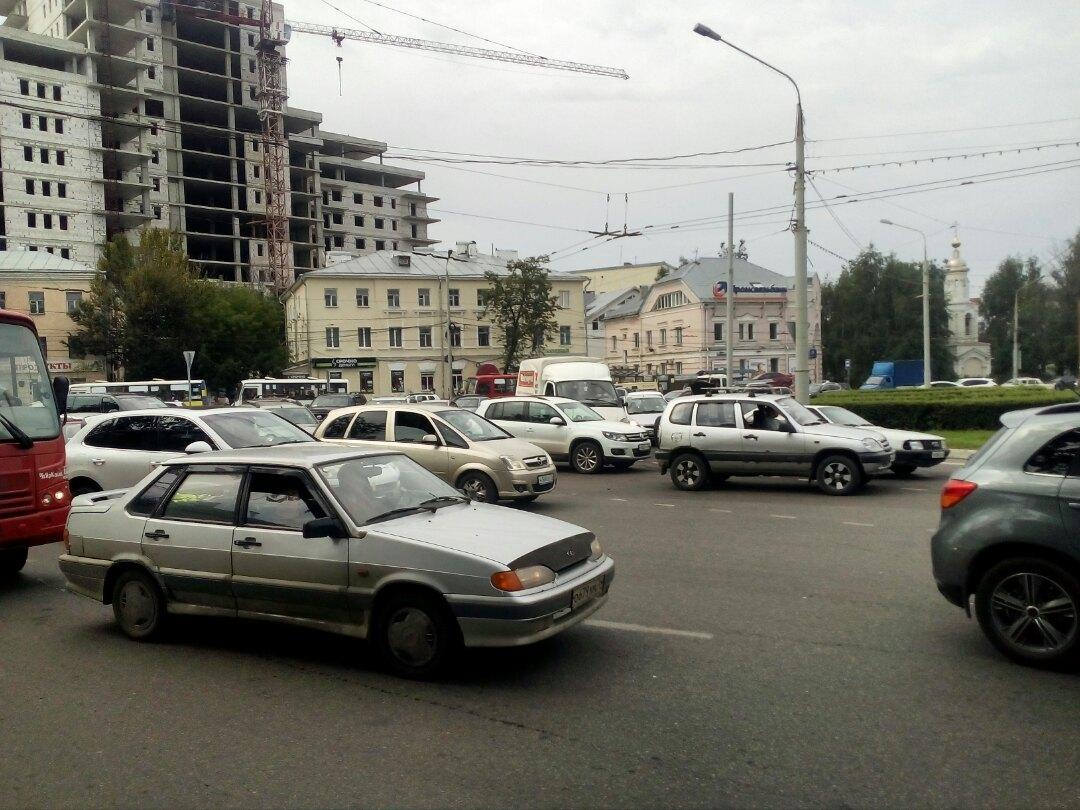 Октябрьская площадь встала в огромную пробку из-за ДТП
