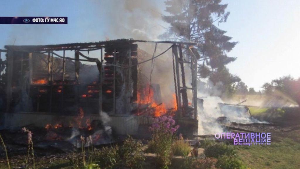 Тушили целый час: в Пошехонском районе сгорел жилой дом