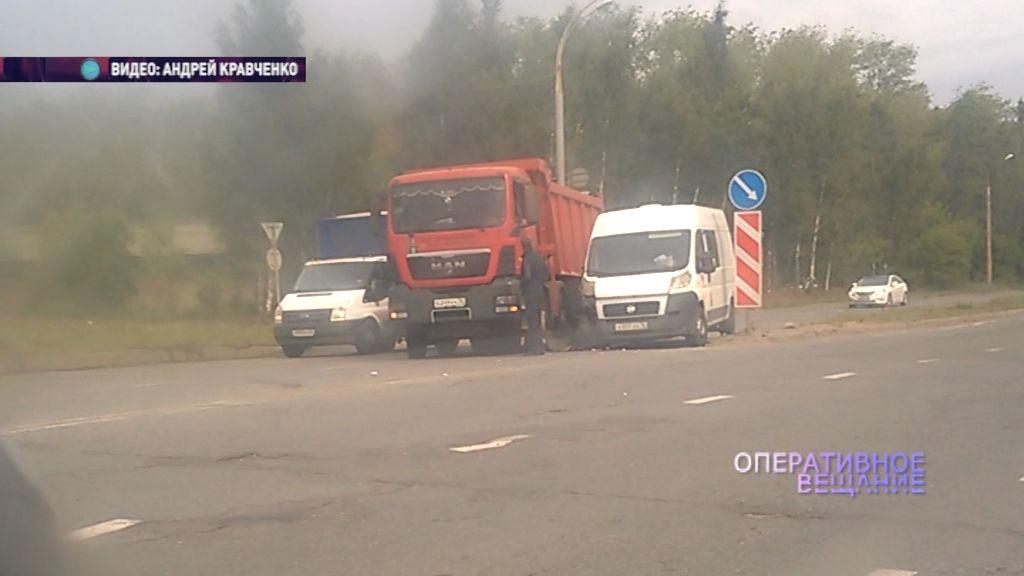 На Промышленном шоссе самосвал и фургон столкнулись на повороте