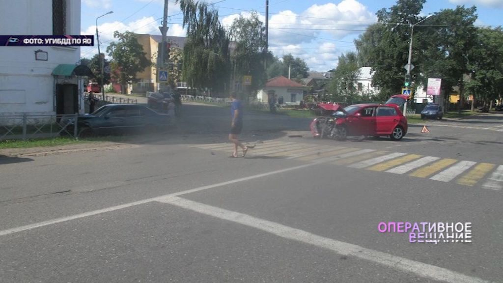 В Угличе иномарка вылетела на тротуар и чуть не сбила людей