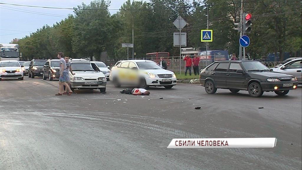 На Ленинградском проспекте легковушка прямо на переходе сбила пешехода